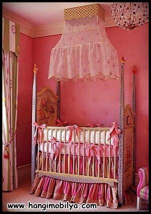 Kırmızı bebek odası ve bebek beşiği