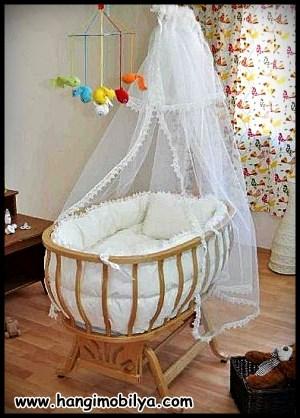 Beyaz tüllü bebek beşiği